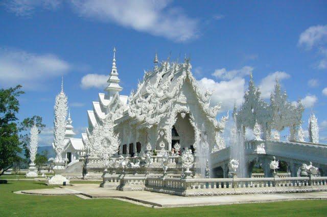 純白に輝く彫刻のように美しい寺院ワット・ロンクン